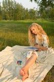 Mooi blootvoets charmerend de lange krullende tiener van het blondehaar stock afbeelding