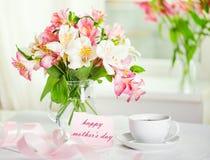 Mooi boeket van alstroemeria en kop thee voor DA van de moeder Stock Foto's