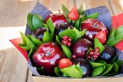 Mooi boeket van bessen en vruchten pruim, appel, aardbei Royalty-vrije Stock Afbeeldingen