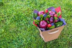 Mooi boeket van bessen en vruchten pruim, appel, aardbei Stock Afbeelding