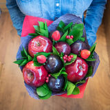 Mooi boeket van bessen en vruchten pruim, appel, aardbei Stock Foto's