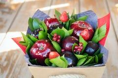 Mooi boeket van bessen en vruchten pruim, appel, aardbei Royalty-vrije Stock Foto's