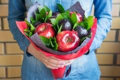 Mooi boeket van bessen en vruchten pruim, appel, aardbei Stock Fotografie