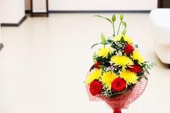 Mooi boeket van bloemen in het binnenland stock afbeeldingen