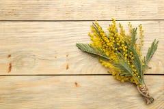 Mooi boeket van gele mimosabloemen op een natuurlijke houten lijst Hoogste mening Vrije ruimte Ruimte voor tekst royalty-vrije stock afbeelding