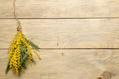 Mooi boeket van gele mimosabloemen op een natuurlijke houten lijst Hoogste mening Vrije ruimte Ruimte voor tekst royalty-vrije stock afbeeldingen