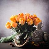 Mooi boeket van gele rozen in uitstekende vaas stock afbeeldingen
