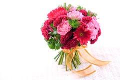 Mooi boeket van gemengde bloemen op wit stock foto