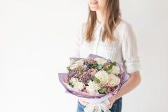 Mooi boeket van gemengde bloemen in vrouwenhand het werk van de bloemist bij een bloemwinkel Gevoelige Pastelkleur vers royalty-vrije stock afbeeldingen