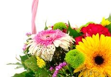 Mooi boeket van heldere bloemen in mand Stock Afbeelding