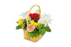 Mooi boeket van heldere bloemen in mand royalty-vrije stock afbeeldingen