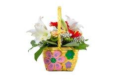 Mooi boeket van heldere bloemen in mand stock foto's