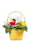 Mooi boeket van heldere bloemen in mand royalty-vrije stock fotografie