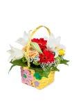Mooi boeket van heldere bloemen in mand stock afbeeldingen