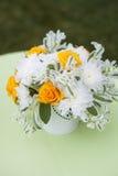 Mooi boeket van heldere bloemen in witte vaas, op heldere achtergrond Royalty-vrije Stock Foto's