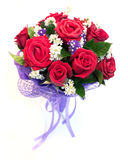 Mooi boeket van heldere rode die bloemen, op witte backg wordt geïsoleerd Stock Foto