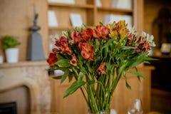 Mooi boeket van kleurrijke bloemen, Alstroemeria Lelie van Incas, schitterend rood, oranje wit alstroemeriaboeket royalty-vrije stock foto's