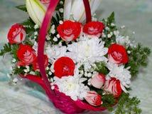 Mooi boeket van rode rozen van lelie en chrysant Stock Foto