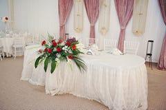 Mooi boeket van roze bloemen op lijst Het boeket van het huwelijk van rode rozen Elegant huwelijksboeket op lijst bij restaurant Stock Afbeelding