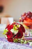 Mooi boeket van roze bloemen op lijst. Huwelijksboeket van rode rozen. Elegant huwelijksboeket op lijst bij restaurant Royalty-vrije Stock Afbeeldingen