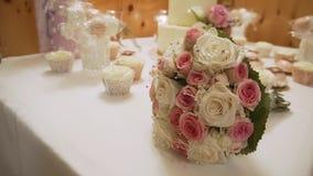 Mooi boeket van rozen op de huwelijkslijst in een luxerestaurant stock videobeelden