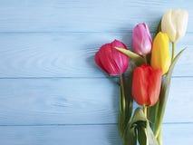 Mooi boeket van tulpen op blauwe houten huidige verjaardag natuurlijk decoratief 8 Maart stock foto
