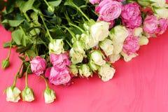 Mooi boeket van witte en roze rozen op roze achtergrond Stock Fotografie