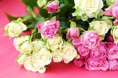 Mooi boeket van witte en roze rozen op roze achtergrond Stock Foto
