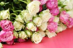 Mooi boeket van witte en roze rozen op roze achtergrond Royalty-vrije Stock Afbeelding