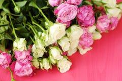 Mooi boeket van witte en roze rozen op roze achtergrond Royalty-vrije Stock Foto