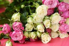 Mooi boeket van witte en roze rozen op roze achtergrond Royalty-vrije Stock Afbeeldingen