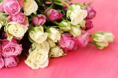 Mooi boeket van witte en roze rozen op roze achtergrond Royalty-vrije Stock Fotografie