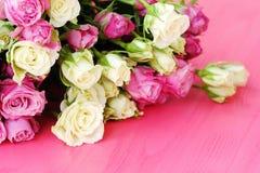 Mooi boeket van witte en roze rozen op roze achtergrond Stock Afbeeldingen