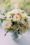 Mooi boeket van witte rozen in de vensterbank van de glasvaas royalty-vrije stock foto's