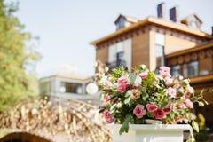 Mooi boeket van zachte roze bloemen stock foto's