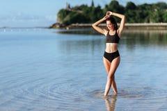 Mooi Boheems gestileerd en gelooid meisje bij het strand stock foto
