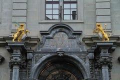 Mooi boog en standbeeld boven de poort van het gebouw Royalty-vrije Stock Foto's