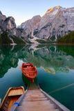 Mooi Braies-meer in boot en huis op de achtergrond van Seekofel-berg Pragser Wildsee royalty-vrije stock afbeelding