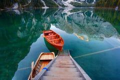 Mooi Braies-meer in boot en huis op de achtergrond van Seekofel-berg Pragser Wildsee royalty-vrije stock foto