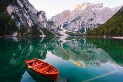 Mooi Braies-meer in boot en huis op de achtergrond van Seekofel-berg Pragser Wildsee royalty-vrije stock foto's