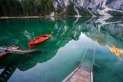 Mooi Braies-meer in boot en huis op de achtergrond van Seekofel-berg Pragser Wildsee royalty-vrije stock fotografie
