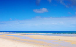 Mooi breed open strand met blauwe hemel in de Zomer Stock Afbeelding