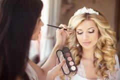 Mooi bruidhuwelijk met make-up en krullend kapsel stilist royalty-vrije stock foto