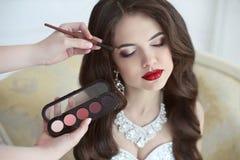 Mooi bruidhuwelijk met make-up en krullend kapsel stilist royalty-vrije stock afbeelding