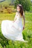 Mooi bruidmeisje op het gele gebied Royalty-vrije Stock Afbeeldingen