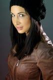 Mooi brunette dat een hoed draagt Stock Afbeeldingen