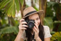 Mooi brunette die een foto nemen Stock Fotografie