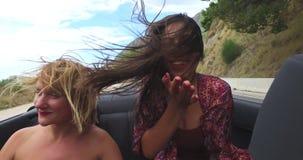Mooi brunette die een kus verzenden van terwijl het berijden in cabriolet stock videobeelden