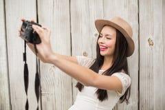 Mooi brunette die een selfie nemen Stock Foto's