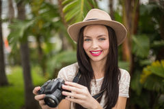 Mooi brunette die haar camera houden Stock Foto